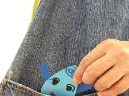 雨の子どもが先生のエプロンから顔を出したよ! 「こんにちは」